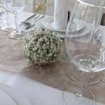 Tischdeko mit Stuhlhussen bei Hochzeitslocation