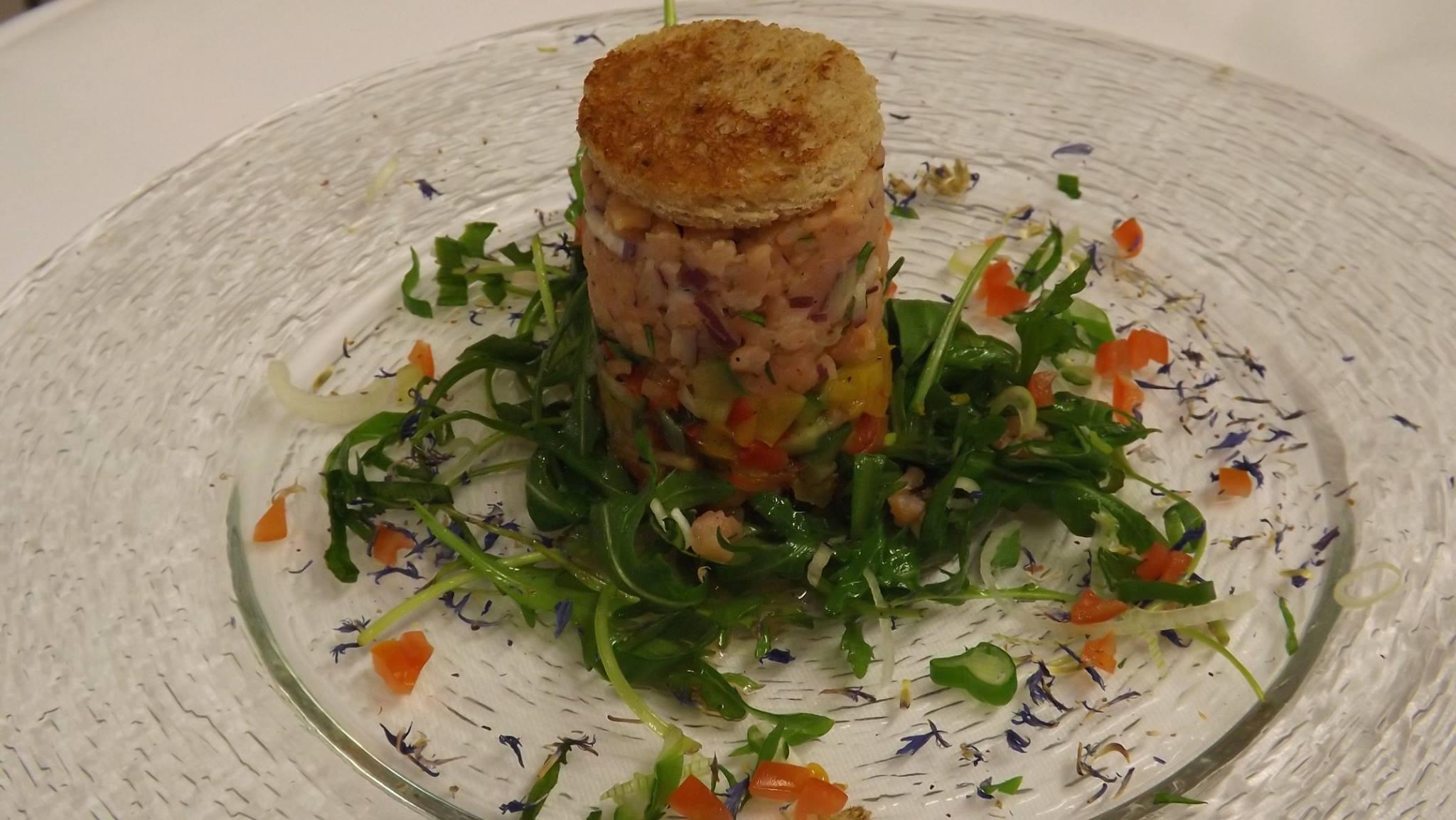 Lachstatar auf Gemüsesalat mit Pumpernickel
