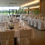 Tischdeko mit Stuhlhussen bei Hochzeitsfeier